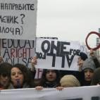 Nxënësit e shkollave të mesme protestuan prapa dyerve të mbyllura