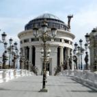 Споменици, фасади и луксузни огради на сметка на сиромашните
